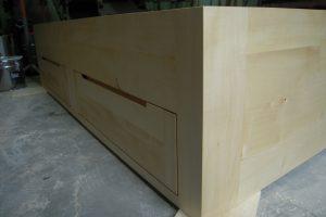 lit avec façades de tiroirs
